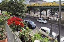 Blick vom Balkon auf die Hochbahn