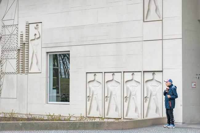 'Modulor'-Skulptur an der Fassade