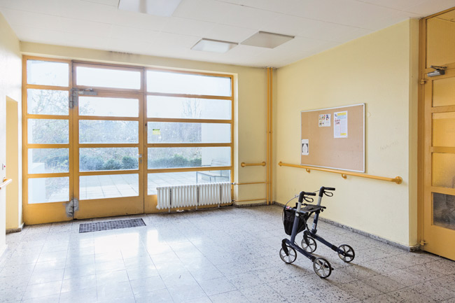 Rollator im Eingangsbereich des Seniorenwohnhauses