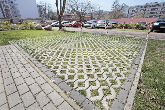 Entsiegelte Fläche mit Rasengittersteinen