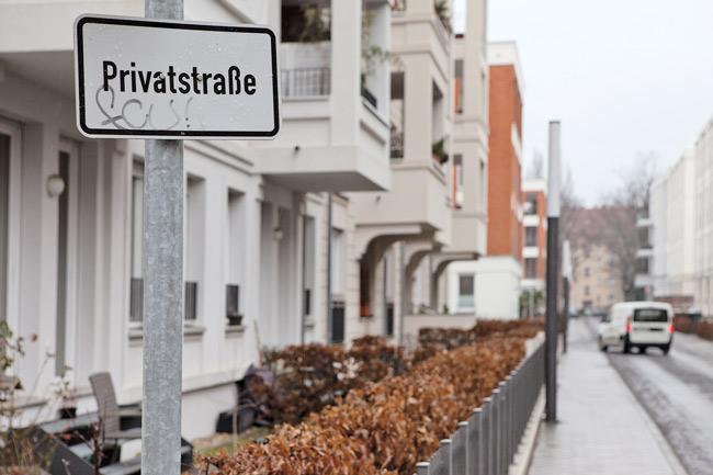 Häuserzeile und Hinweisschild 'Privatstraße'