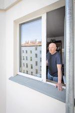 Mieter Jürgen Lindner am geplanten Balkon-Standort