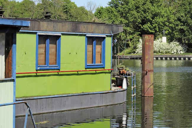 Grünes Hausboot mit blauen Fenstern