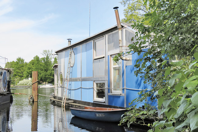 Blaues Hausboot mit Beiboot