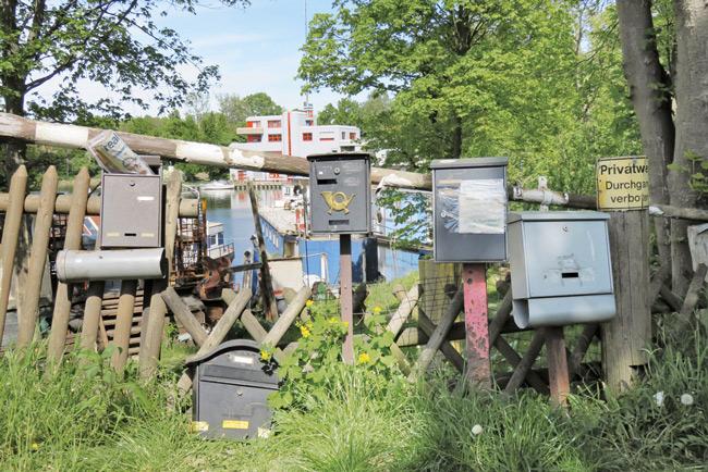 Briefkästen am Ufer