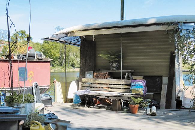 Sitzbank auf der Hausboot-Terrasse