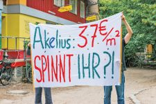 Akelius-Mieter mit Protest-Plakat