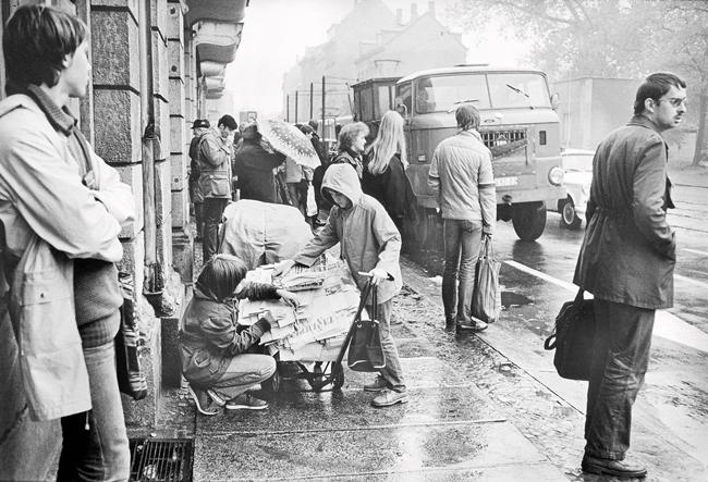 Kinder sammeln Altpapier in Leipzig um 1980