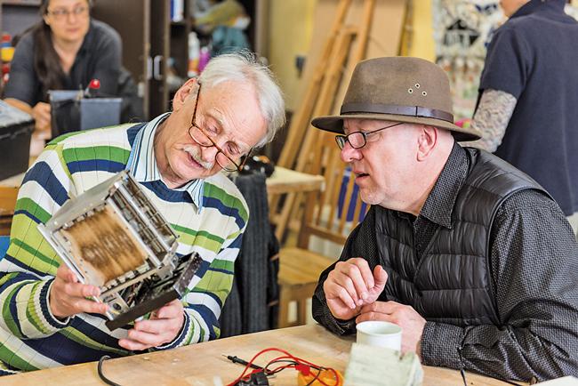 Zwei Herren im Repair-Café
