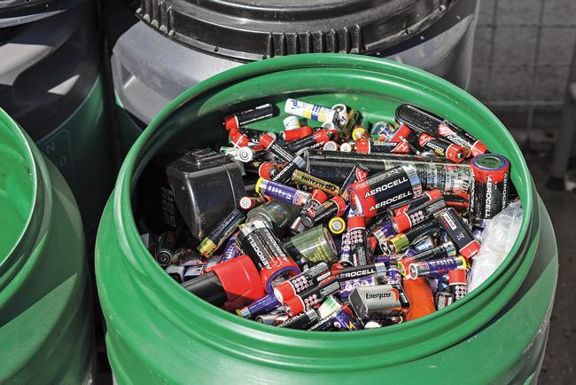Sammelbehälter mit Altbatterien