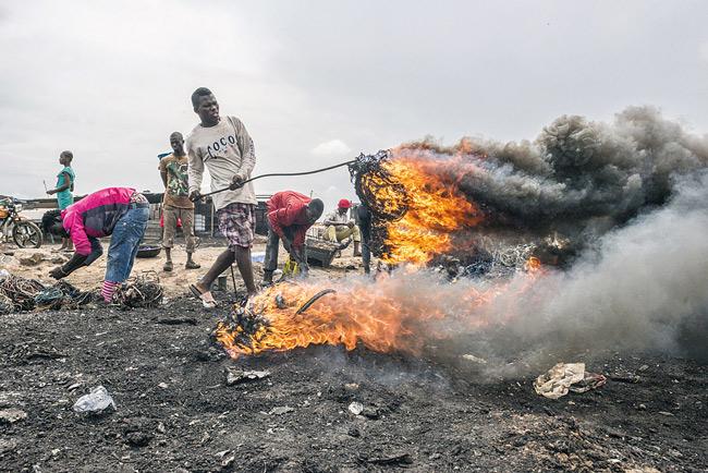 Abfackeln von Elektroschrott in Ghana