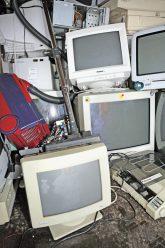 Alte Röhrenmonitore und weiterer Elektroschrott