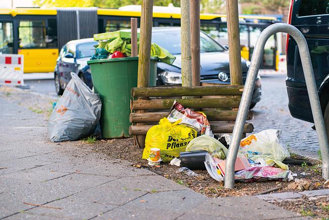 Illegal abgelagerter Müll auf der Straße