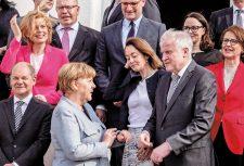 Kanzlerin Merkel mit mehreren Ministern