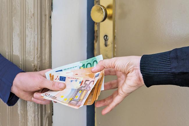 Übergabe von Geldscheinen