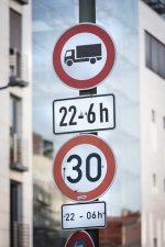 Schilder: nächtliches Lkw-Verbot und Tempolimit