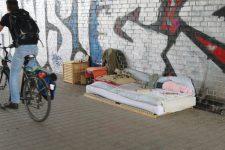 Obdachlosenquartier unter der Brücke