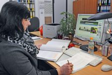 Mitarbeiterin der Wohnungsaufsicht am Schreibtisch