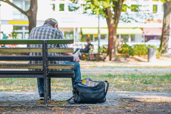 Kurt Schreiber auf einer Parkbank