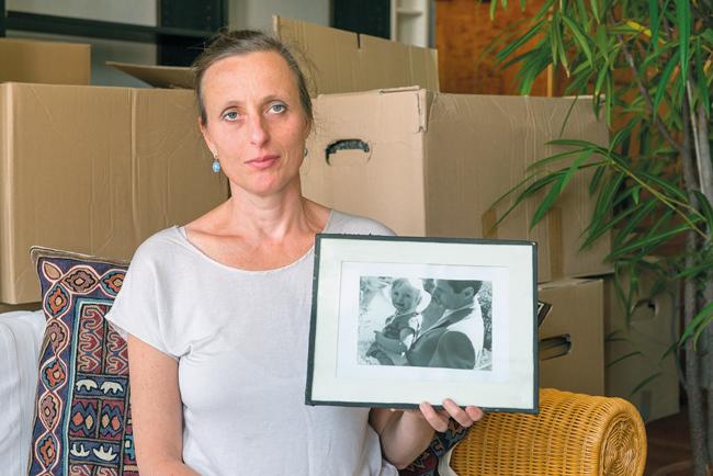 Katharina Rostock mit einem Bild ihres verstorbenen Vaters