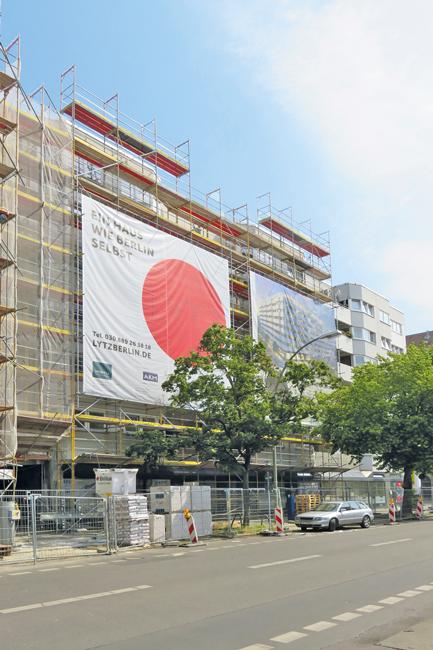 Eingerüstetes Haus mit Großplakaten