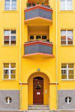 Gelbe Hausfassade in der Krugpfuhlsiedlung