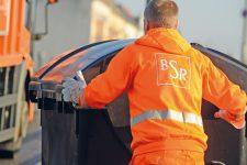 BSR-Mitarbeiter mit Mülltonne
