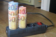 Steckdosenleiste mit Geldscheinrollen
