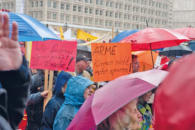 Demonstrationsteilnehmer mit Regenschirmen