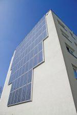 Hausfassade mit Solarmodulen