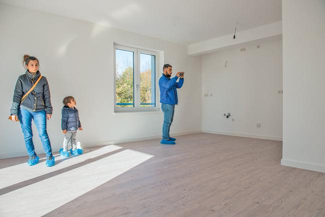 Besichtigung der neuen noch leeren Wohnung