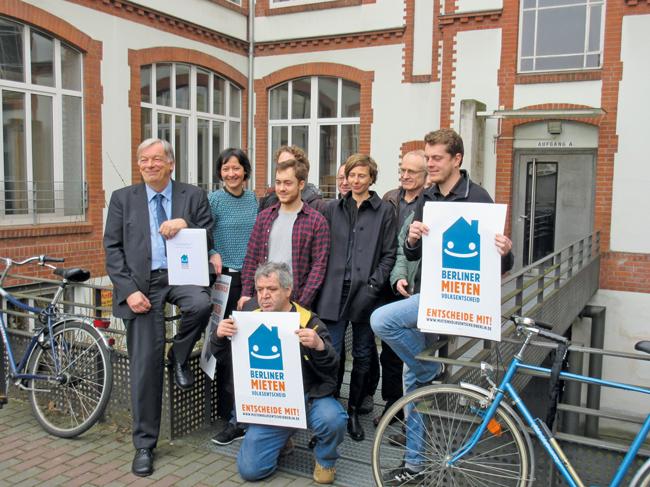 WVB-Vorstand Jan Kuhnert (links im Bild) mit weiteren Initiatoren des Mietenvolksentscheids