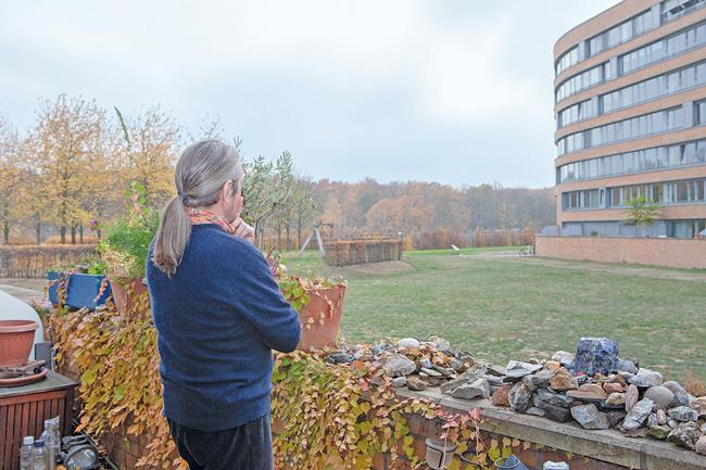 Bewohner Martin Schenkel mit Blick auf die Außenanlagen