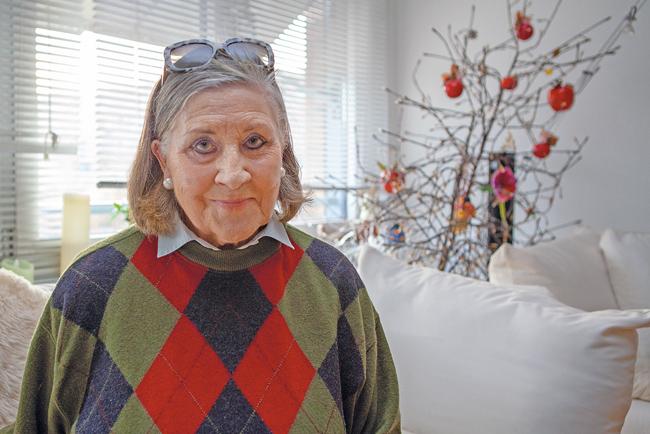 Bewohnerin Lieselotte Richter in ihrer Wohnung