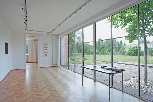 Raum mit Fensterfront der Villa Lemke