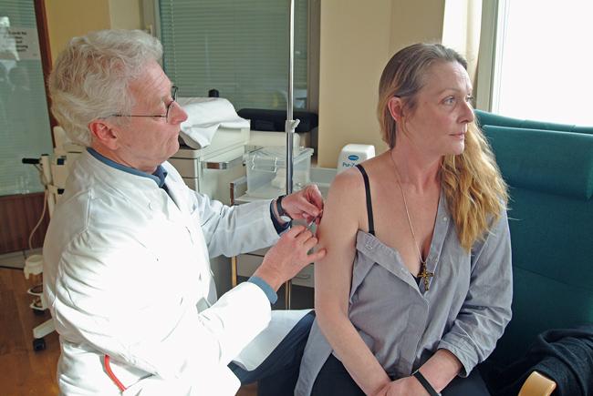 Ein Arzt führt bei einer Patientin einen Allergietest durch