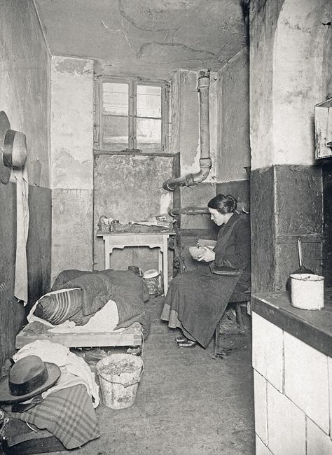 Wohnen um 1900 in Berlin: feuchter Kellerraum, der zugleich als Küche, Wohn- und Schlafraum dient