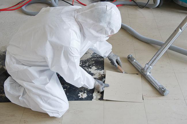Größte Vorsichtsmaßnahmen bei der Entfernung asbesthaltiger Böden