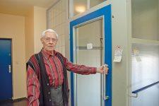 Paul Bartsch vor dem defekten Fahrstuhl
