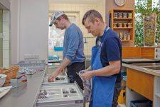 Mitarbeiter in der Küche der ZIK Orangerie