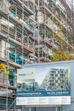 Eingerüsteter Neubaukomplex