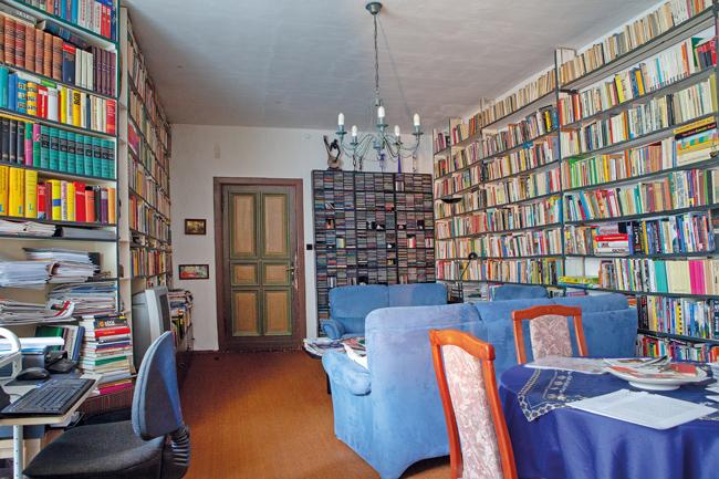 Zimmer mit Bücherregalen
