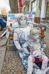 Protestplakate und Puppen in der Lenbachstraße
