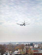 Flugzeug im Landeanflug auf Tegel