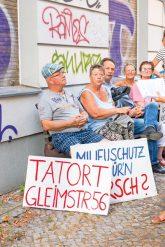 Mieter der Gleimstraße mit Protestplakaten
