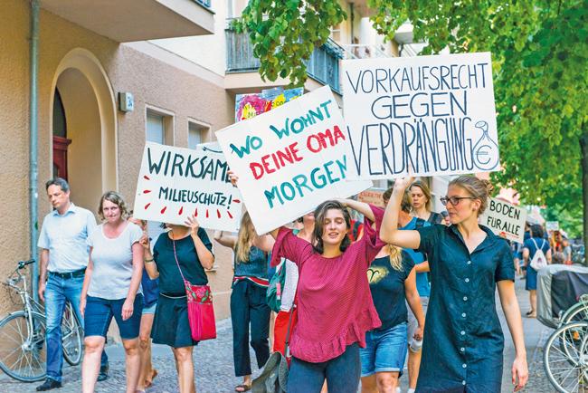 Mieter mit Protestplakaten