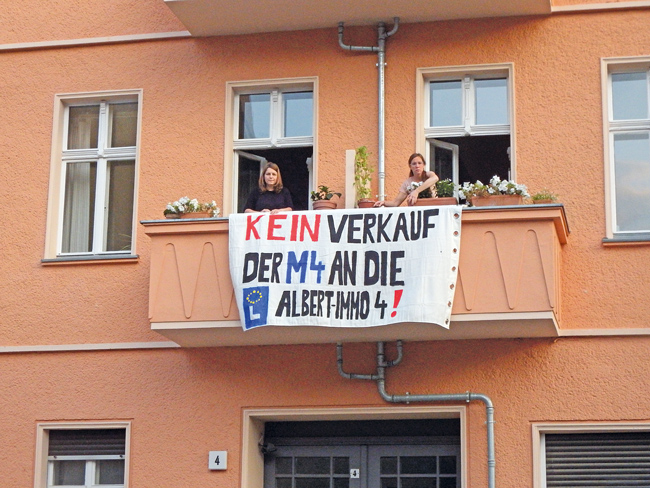 Protestplakat am Balkon