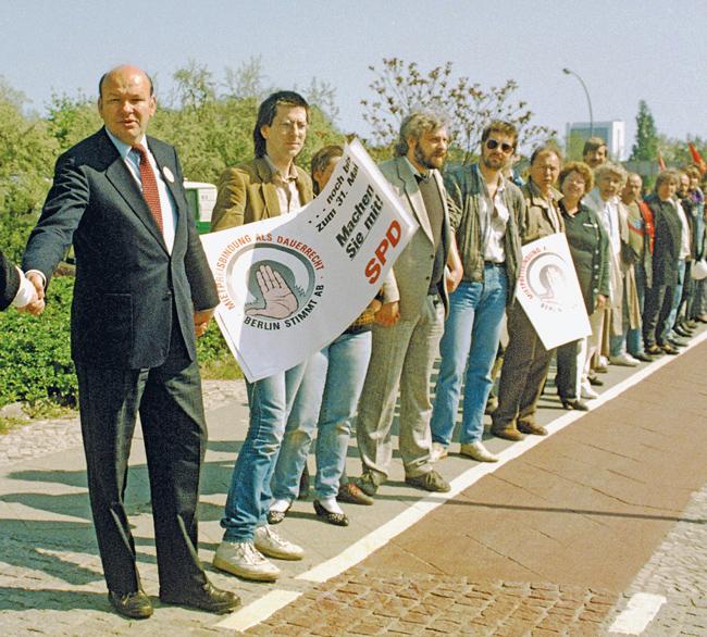Menschenkette mit Walter Momper zum Erhalt der Mietpreisbindung 1987