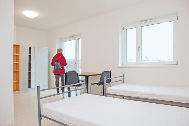 Zimmer mit Tisch und Betten
