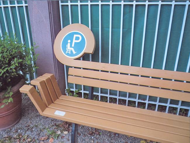 Parkbank mit Schild zum Hinsetzen